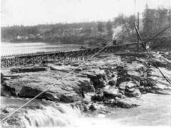Onset of the construction of the spillway with houses of Almaville in the background